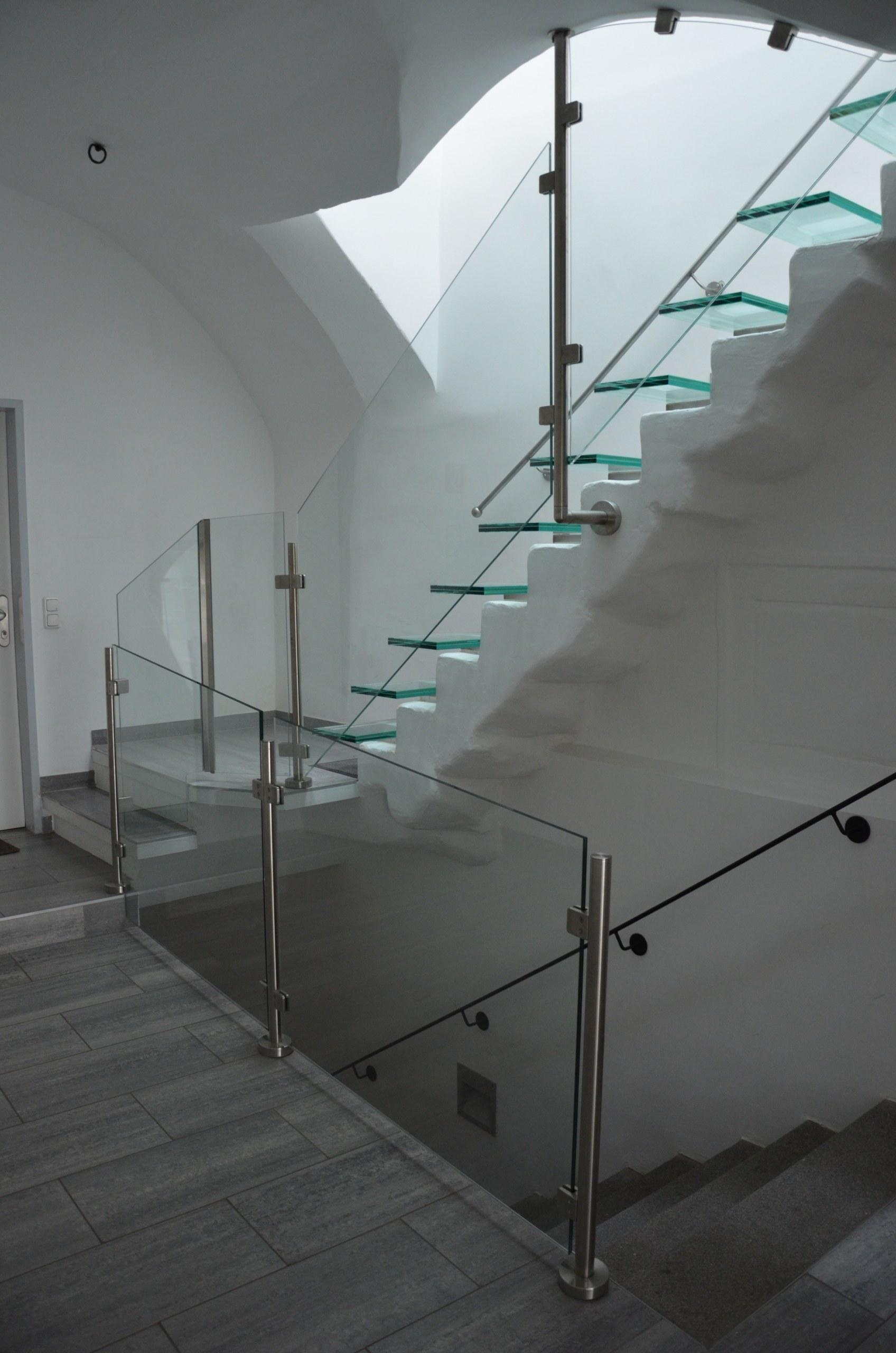 Geländer mit Nirosäulen und Glasstufen
