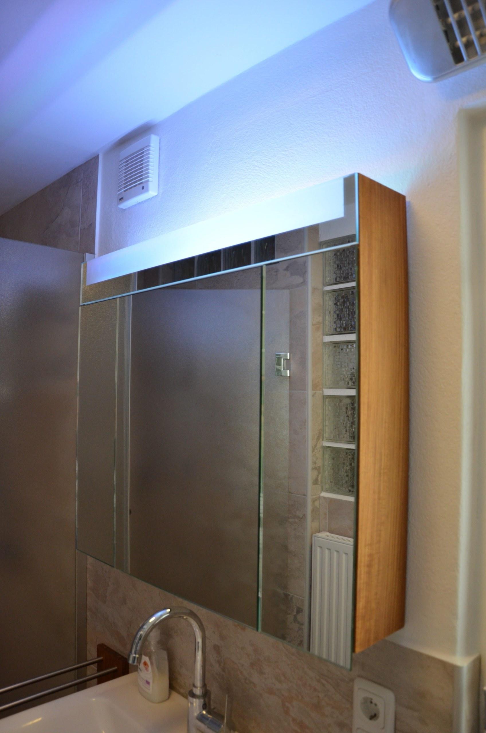 Spiegelschrank mit Leuchtpanel