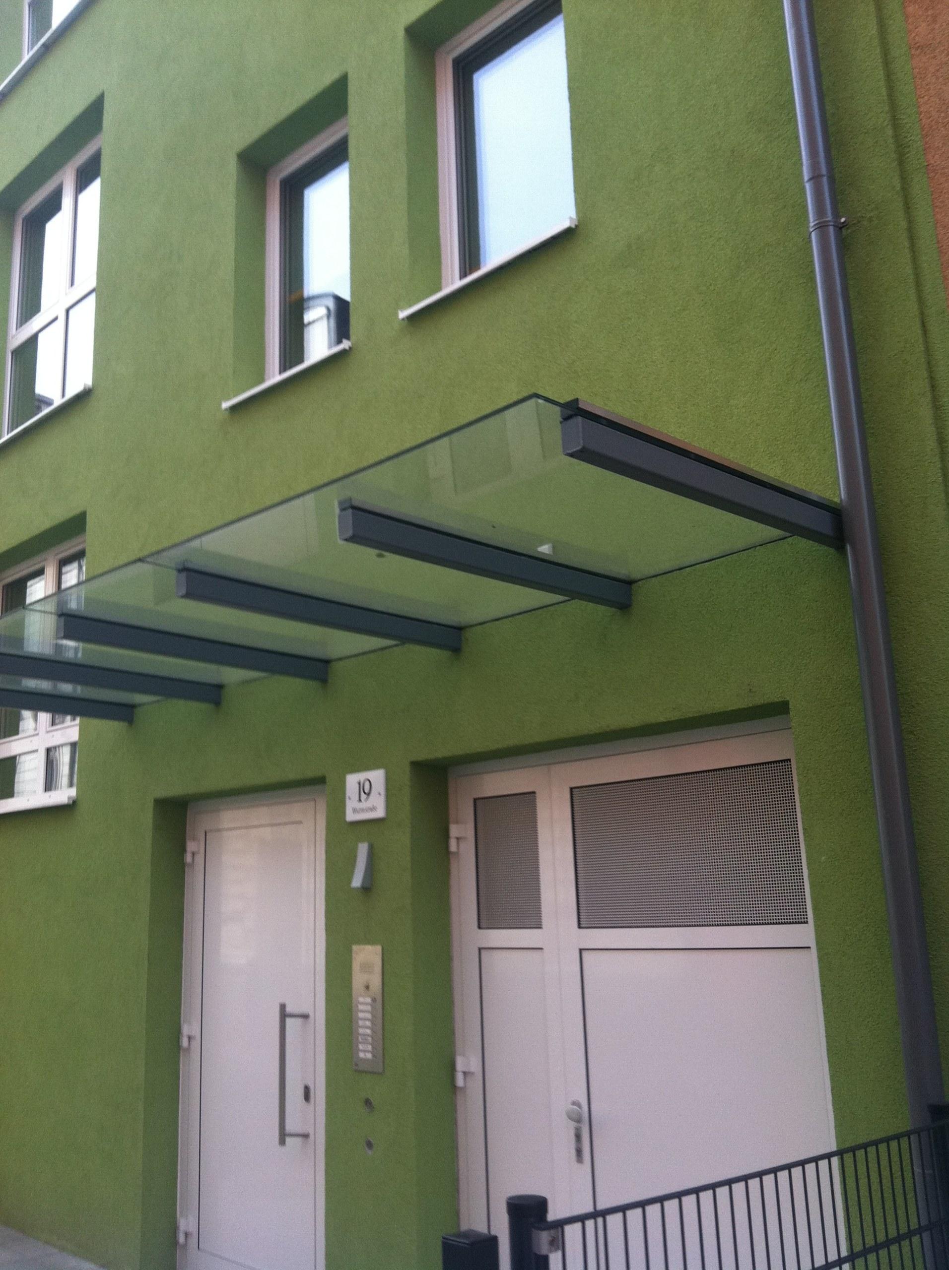 Vordach mit Stahlkonsolen und Klemmleisten